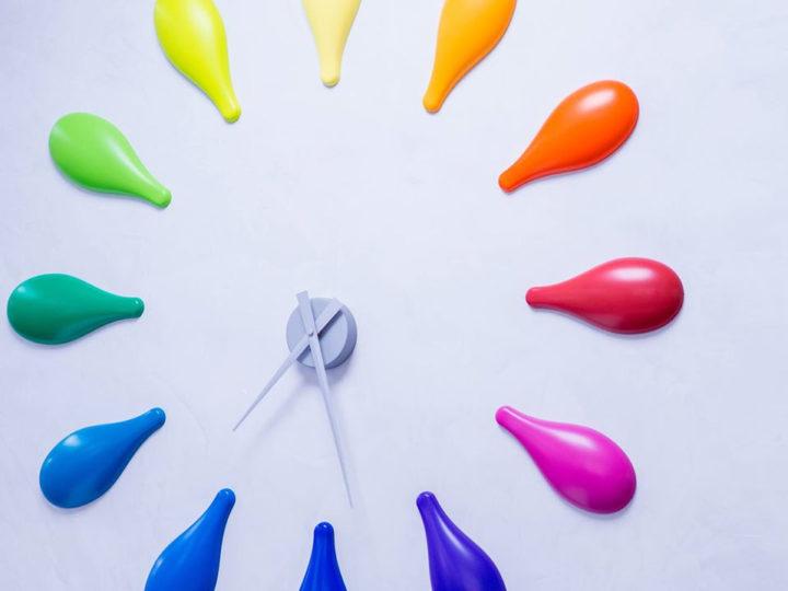 Une horloge colorée