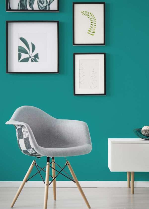 Salon avec illustrations végétales, mis en valeur par notre bleu turquoise ÉMERAUDE - N°2007 Peintures 1825