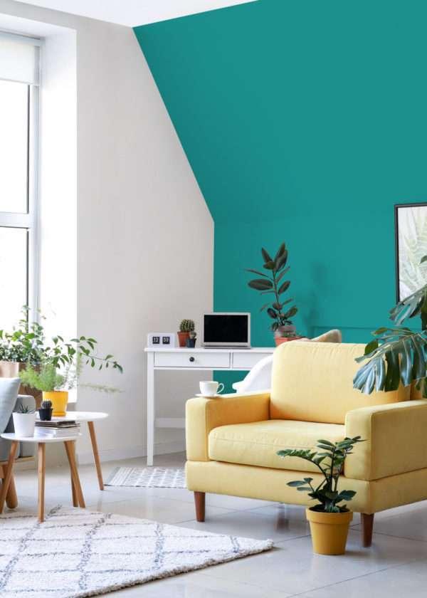 Salon avec fauteuil jaune et bureau blanc, mis en valeur par notre bleu turquoise ÉMERAUDE - N°2007 Peintures 1825