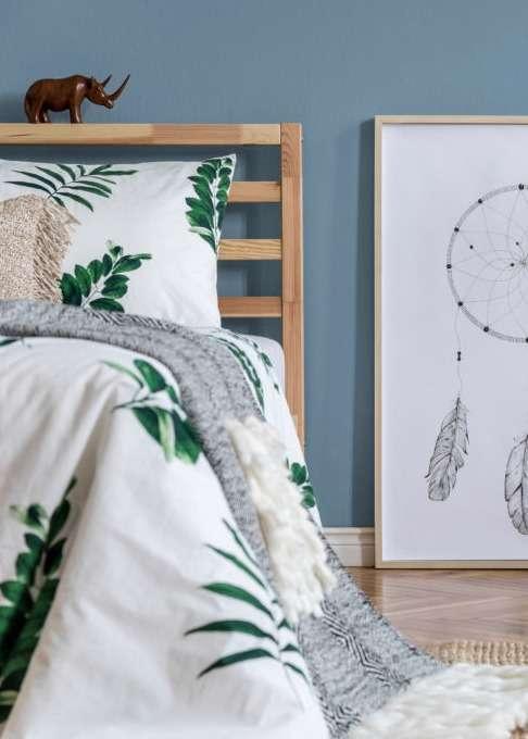 Chambre à coucher avec parure de lit végétale, mise en valeur par notre bleu gris BLEU HORIZON - N°1992 Peintures 1825
