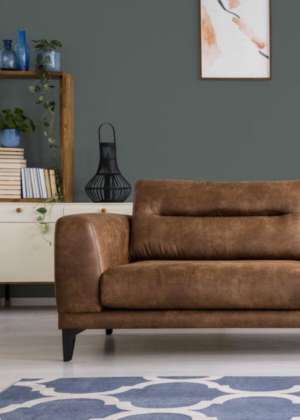 Salon avec canapé en cuire marron et vases bleus, mis en valeur par notre gris CENDRÉE - N°1966 Peintures 1825
