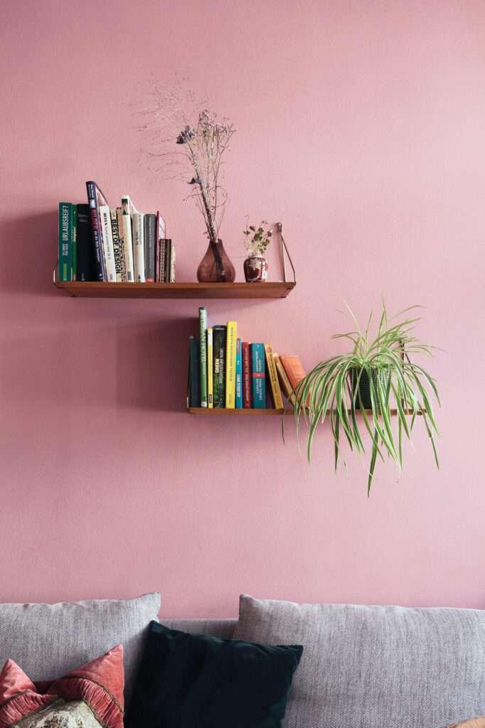 Salon avec étagères murales en bois, mis en valeur par notre rose clair CHIFFON PINK - N°2070. Peintures 1825