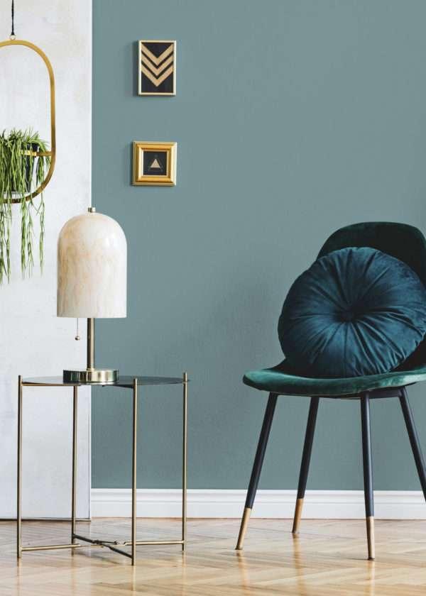 Salon avec chaise en velours vert et coussin bleu, mise en valeur par notre bleu gris CIEL D'ORAGE - N°1995 Peintures 1825
