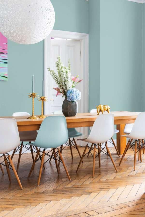 Salle à manger avec grande table en bois et chaises colorées, mise en valeur par notre bleu gris CÔTE D'OPALE - N°1949 Peintures 1825
