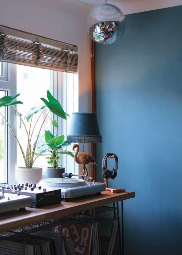 Salon avec meuble à vinyles et boule à facette, mis en valeur par notre bleu moyen cendré CYCLONE - N°1991 Peintures 1825