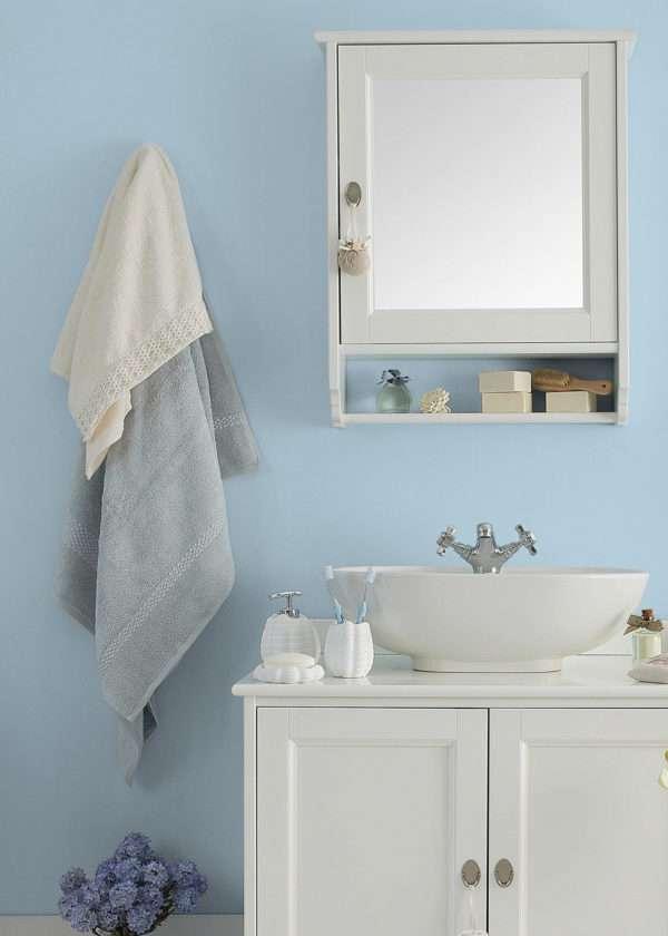 Salle de bain blanche, mise en valeur par notre bleu clair FJORD - N°1993 Peintures 1825