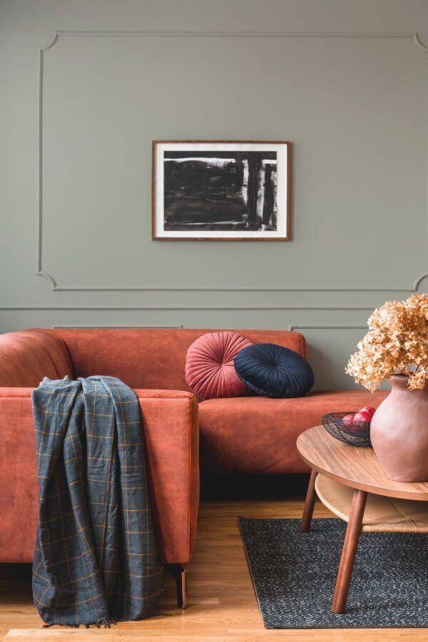 Salon avec canapé rouge et table en bois, mis en valeur par notre gris GRIS DE XIAN - N°2053 Peintures 1825