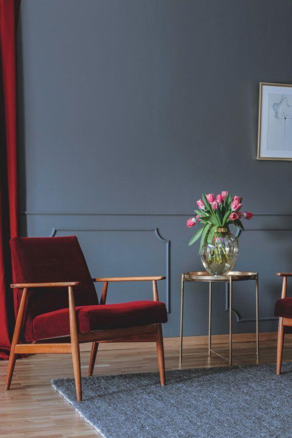 Salon avec fauteuil et rideaux en velours rouges, mise en valeur par notre gris violacé LIPS PURPLE - N°2014 Peintures 1825