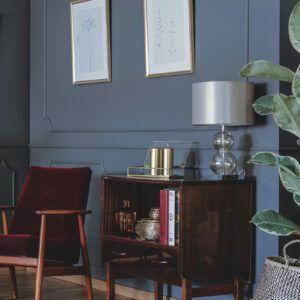 Salon avec fauteuil en velours rouge et meuble en bois, mise en valeur par notre gris violacé LIPS PURPLE - N°2014 Peintures 1825