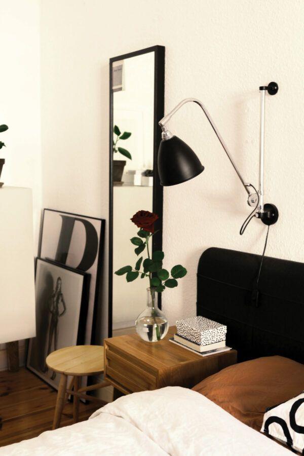 Chambre à coucher avec tête de lit, lampe et miroir noirs, mise en valeur par notre blanc cassé MERINGUE - N°1831 Peintures 1825