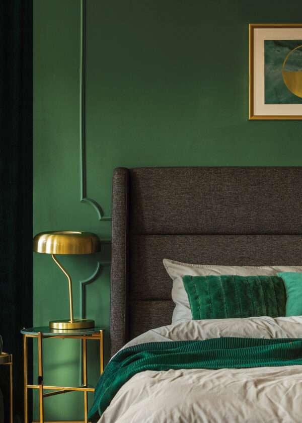 Chambre à coucher somptueuse dans les tons verts et dorés, mis en valeur par notre vert METSA - N°2076 Peintures 1825