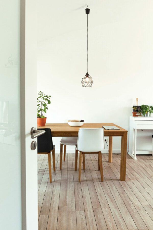 Salle à manger spacieuse et lumineuse avec table en bois massif, mise en valeur par notre blanc cassé MOON WHITE - N°2016 Peintures 1825