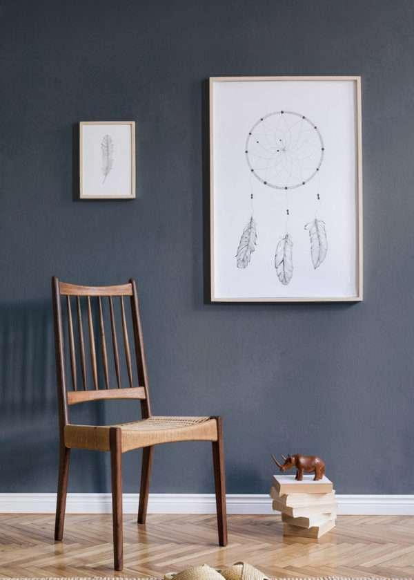 Salon avec chaise en bois et en rotin, mis en valeur par notre gris violet foncé NOCTURNE - N°1990 Peintures 1825