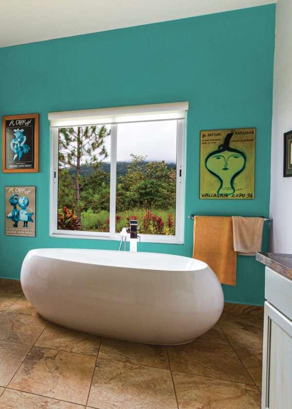 Salle de bain colorée, mise en valeur par notre bleu turquoise OKEANIS - N°2064. Peintures 1825