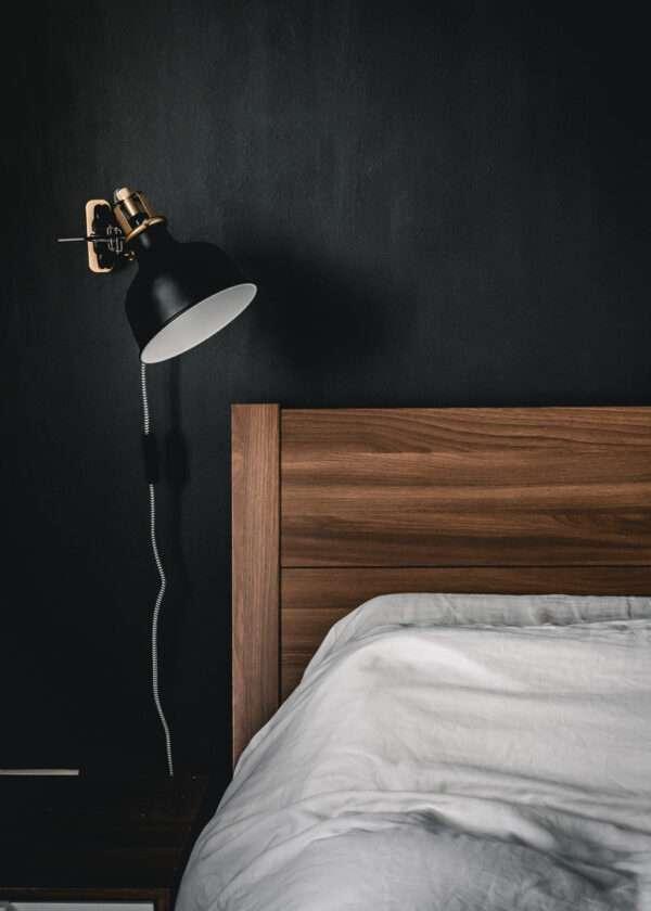 Chambre à coucher avec tête de lit en bois, mis en valeur par notre noir bleuté PEARL OF BLACK - N°2054 Peintures 1825