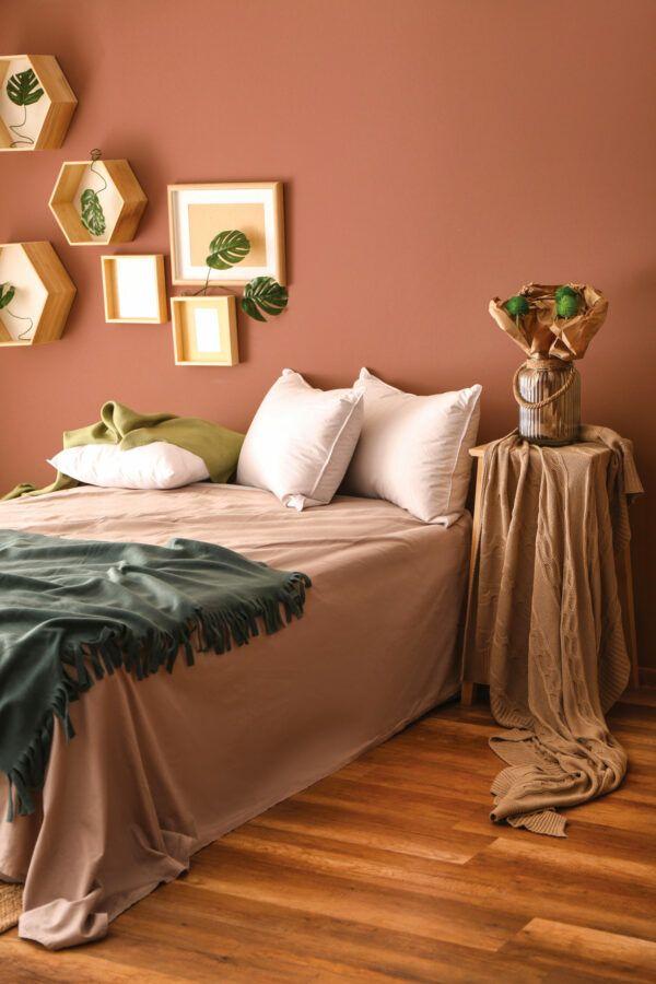 Chambre à coucher avec plantes vertes et parure de lit rose et vert foncé, mis en valeur par notre rouge brun POTERIE - N°1892, Peintures 1825