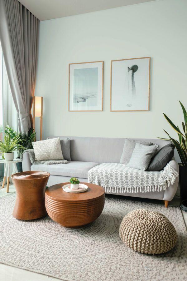 Salon dans les tons gris avec mobilier en bois, mis en valeur par notre gris très claur STOCKOLM - N°2043, Peintures 1825