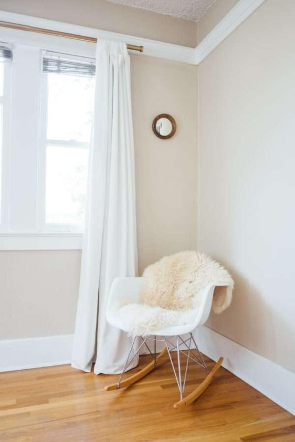 Chambre à coucher lumineuse, mise en valeur par notre beige TOURTERELLE - N°1960 Peintures 1825