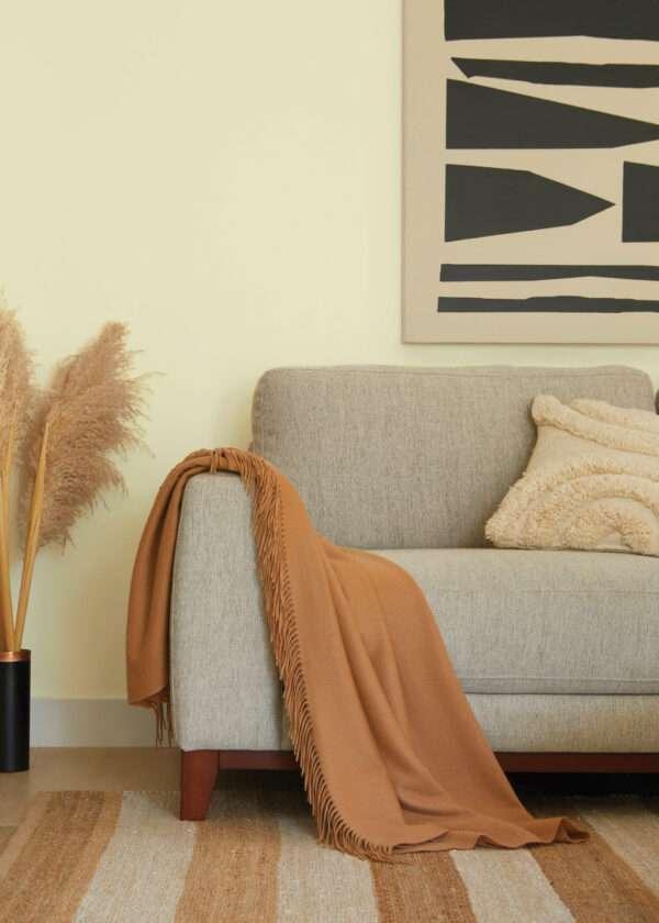Salon cosy avec canapé en tissu gris, mis en valeur par notre beige VANILLE SAUVAGE - N°1834. Peintures 1825