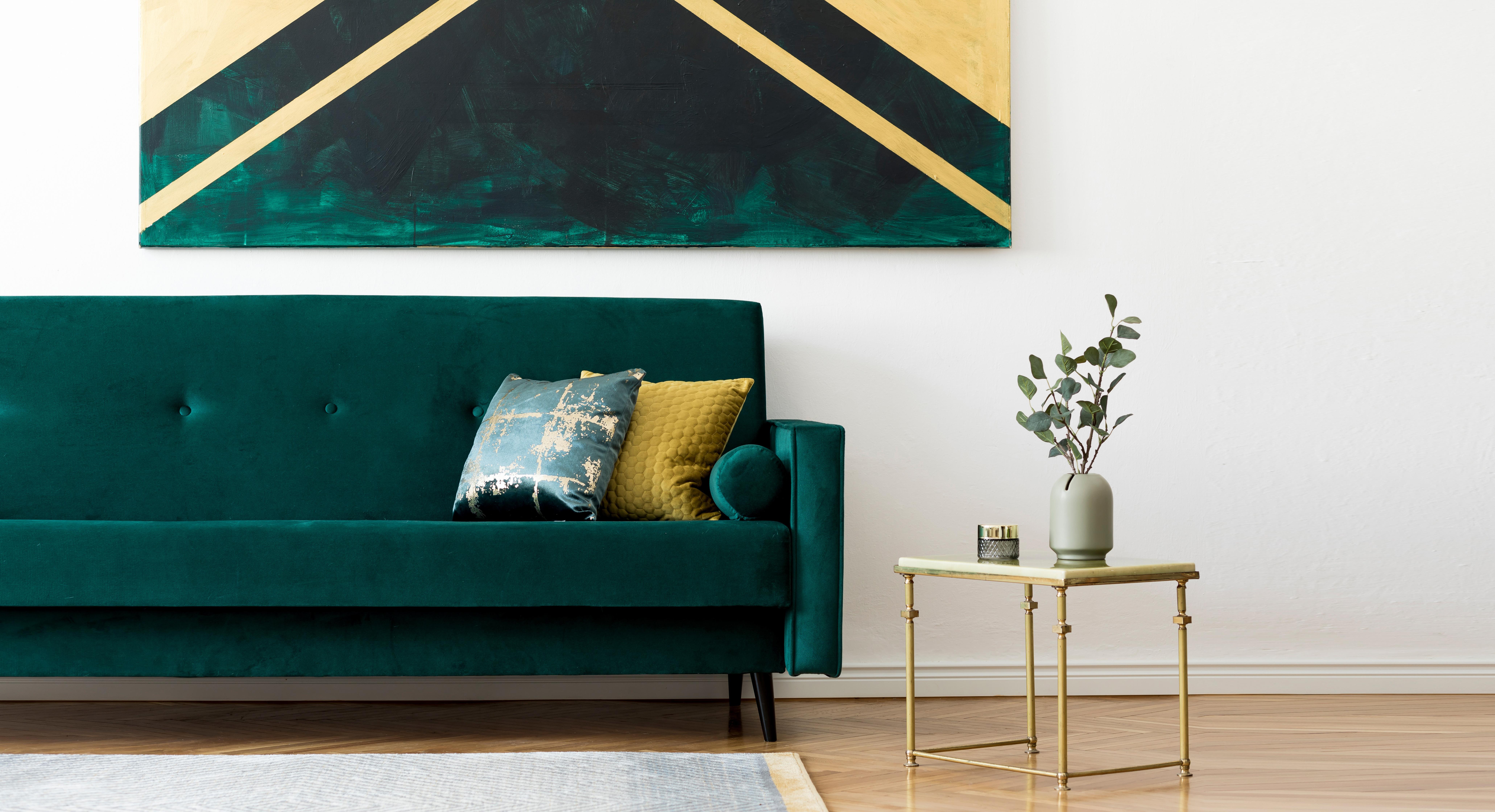 Salon avec canapé en velours vert émeraude, mis en valeur par notre blanc immaculé BLANC DE BLANC - N°1998 Peintures 1825