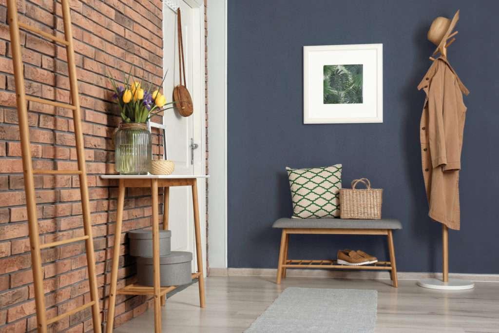 Entrée avec console et banc en bois, mise en avant par notre bleu gris violacé NOCTURNE - N°1990 Peintures 1825