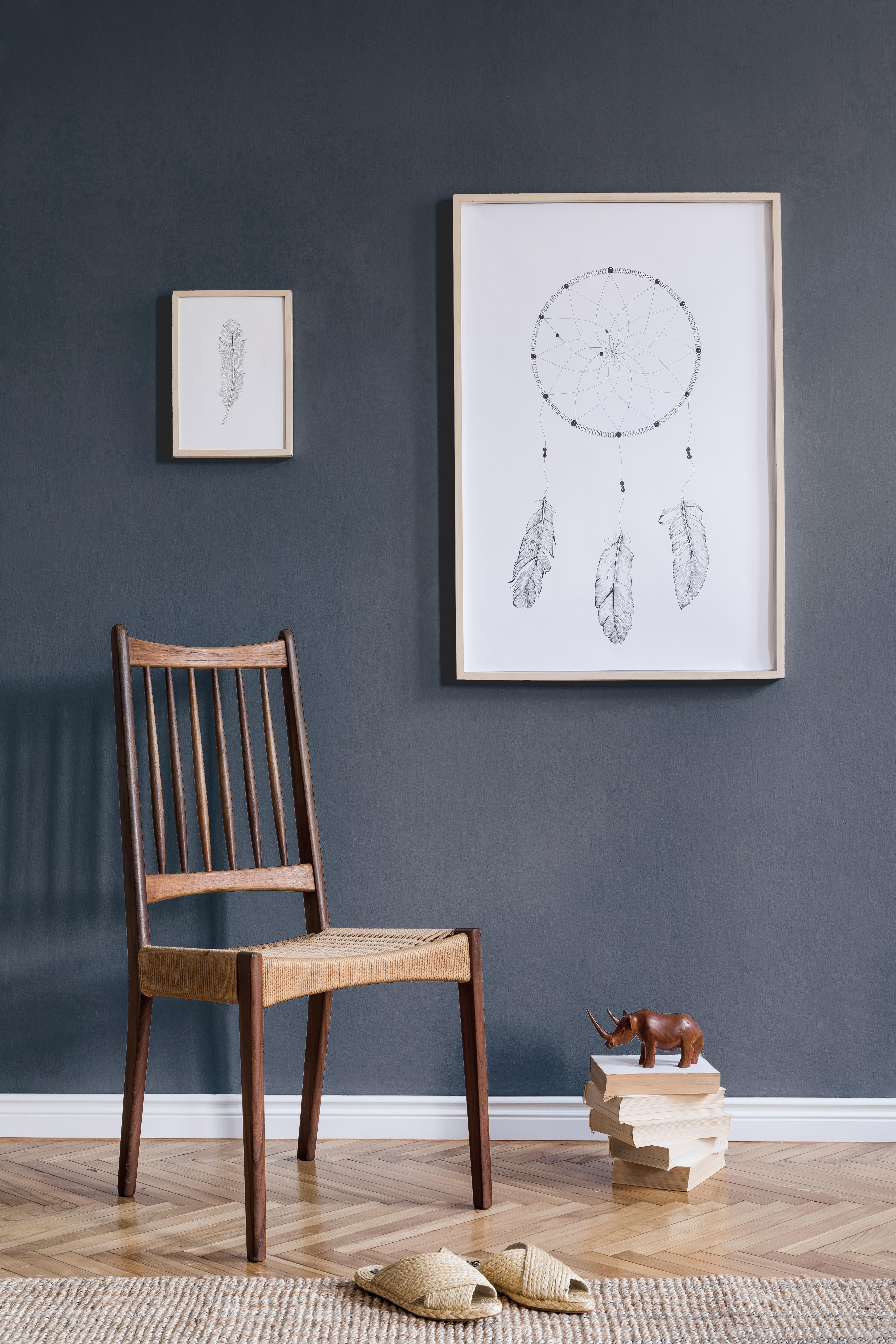 Salon avec chaise en bois, mis en valeur par notre gris violet NOCTURNE - N°1990 Peintures 1825