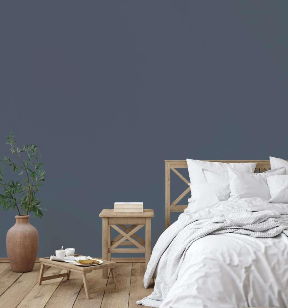 Chambre à coucher avec mobilier en bois clair et parure de lit blanche, mise en valeur par notre gris violet NOCTURNE - N°1990 Peintures 1825