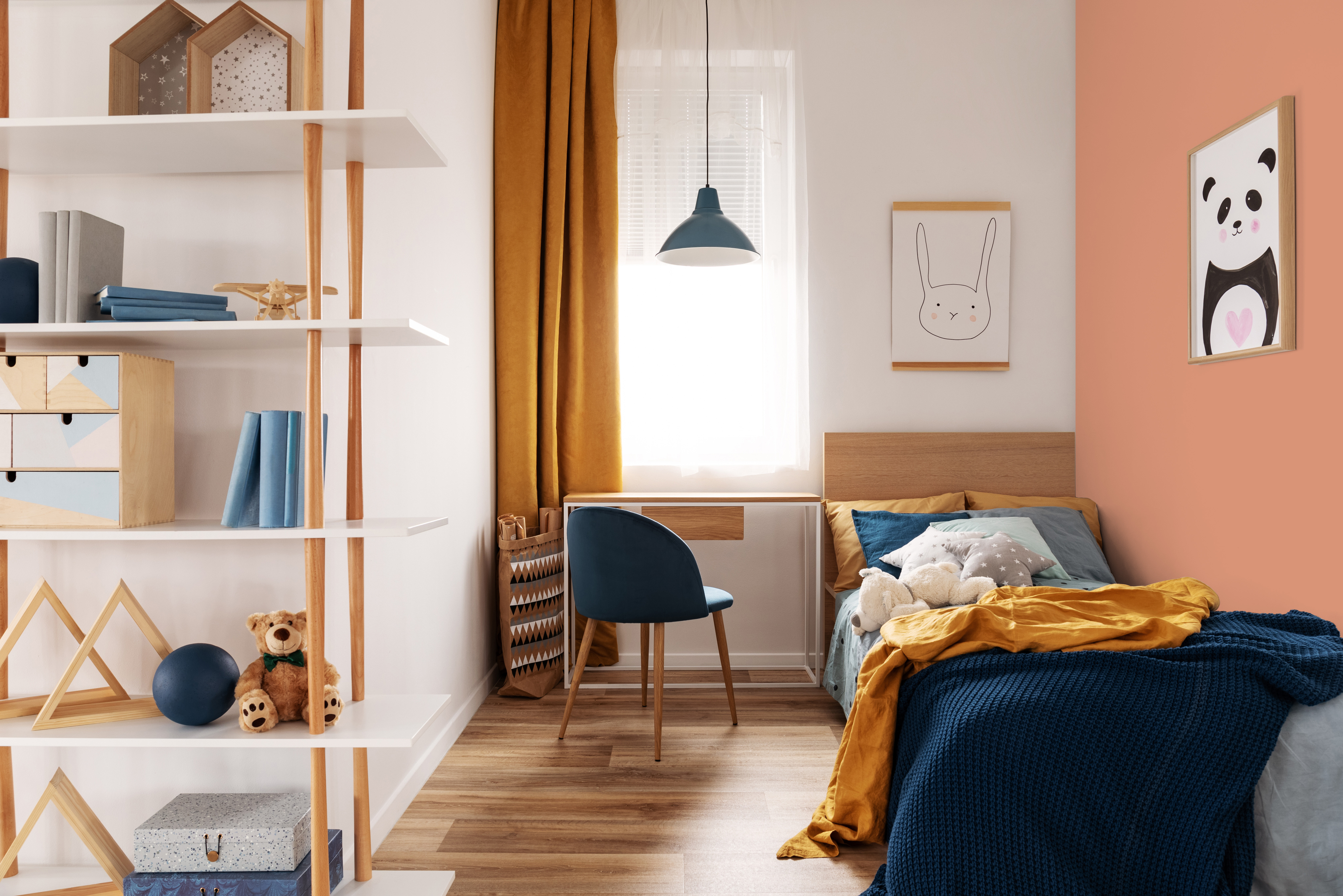 Chambre à coucher dans les tons blanc, moutarde et bleu, mise en valeur par notre brun orangé TOMETTE - N01889 Peintures 1825