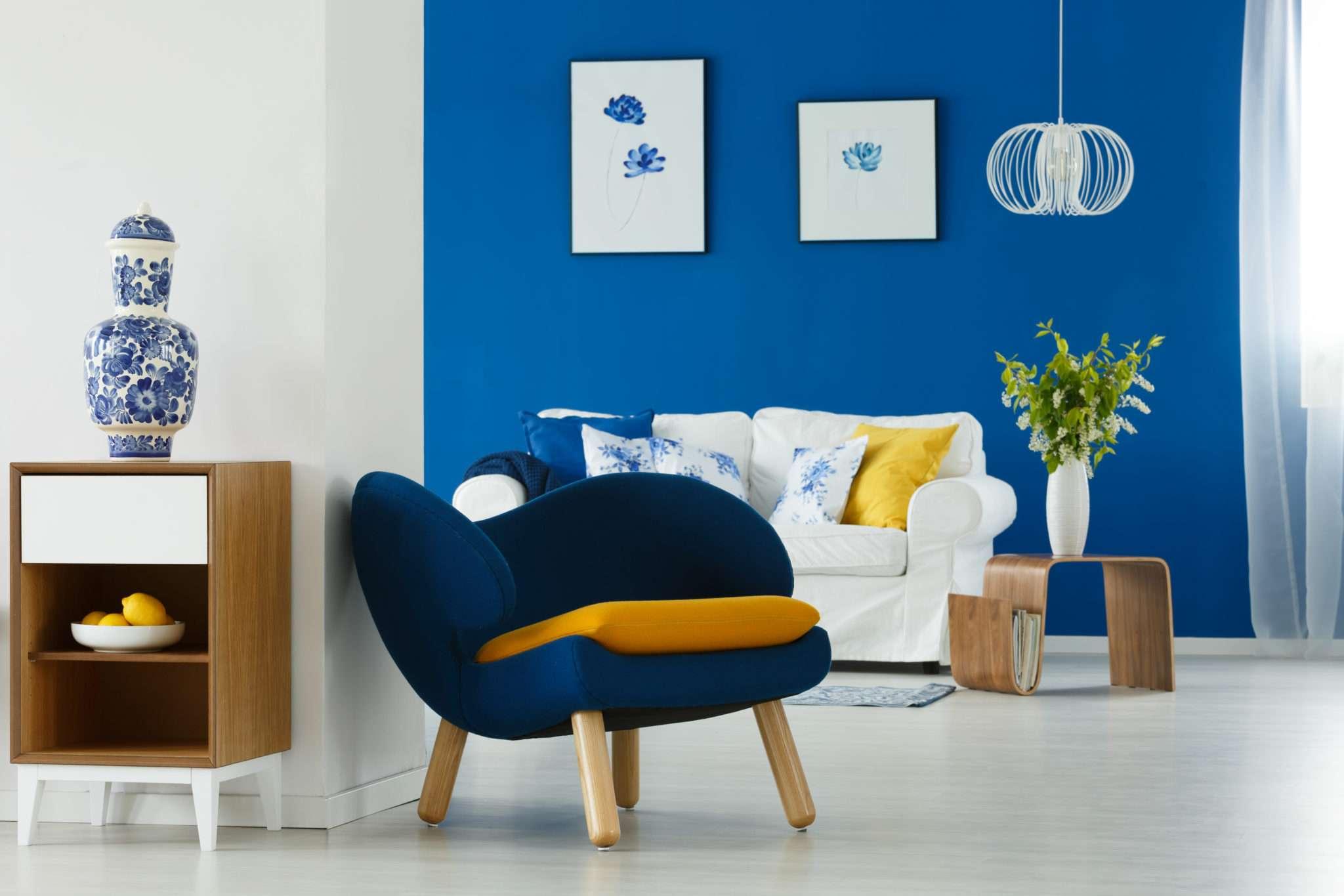 Salon avec canapé blanc et fauteuil en tissu bleu et jaune, mis en valeur par notre bleu vif ELECTRIC BLUE - N°2013