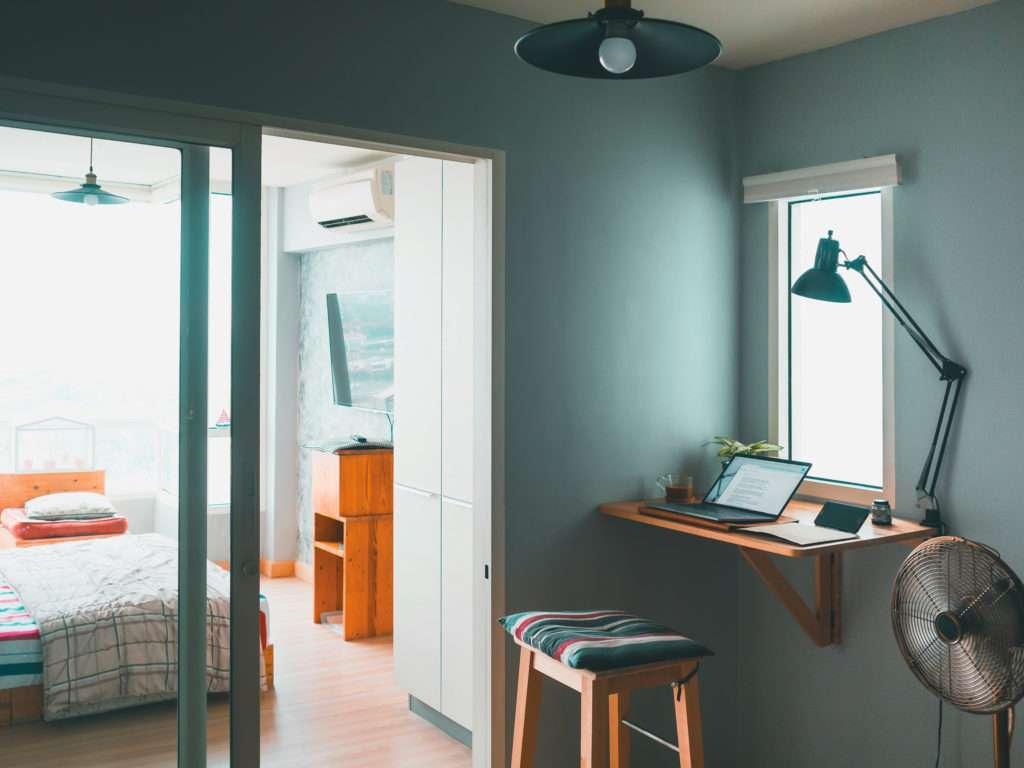 Bureau face à la fenêtre, mis en valeur par notre bleu gris CÔTE-D'OPALE - N°1949, Peintures 1825