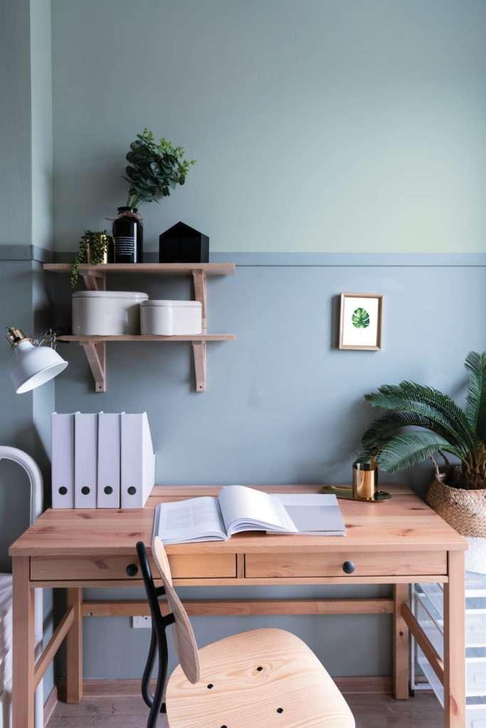 Bureau végétal avec bureau et chaise en bois, mis en valeur par nos bleu clair FJORD - N°1993 et ARTIC - N°1948, Peintures 1825