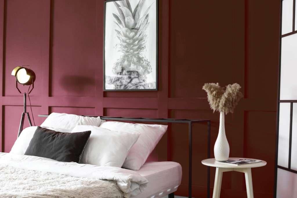 Chambre à coucher élégante et feutrée, mise en valeur par notre rouge bordeaux BACCHUS - N°1876, Peintures 1825