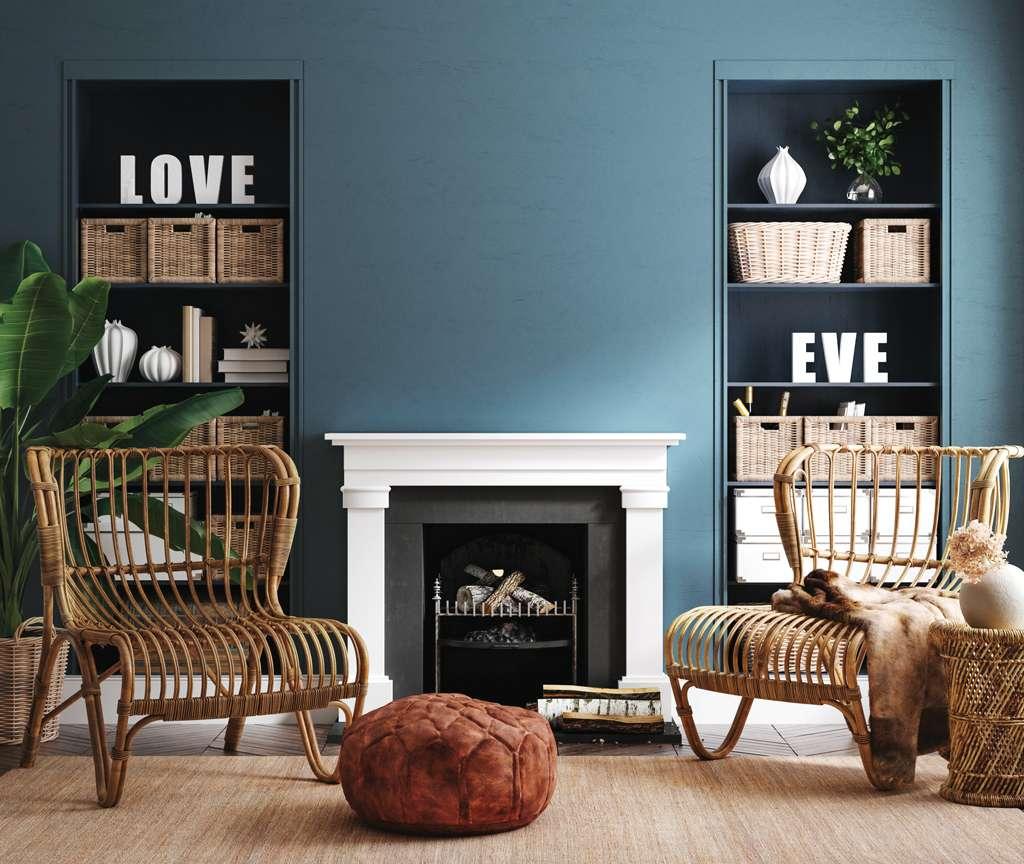 Salon avec fauteuils en rotin et cheminée, mis en valeur par notre bleu gris HIPSTER - N°2061. Peintures 1825