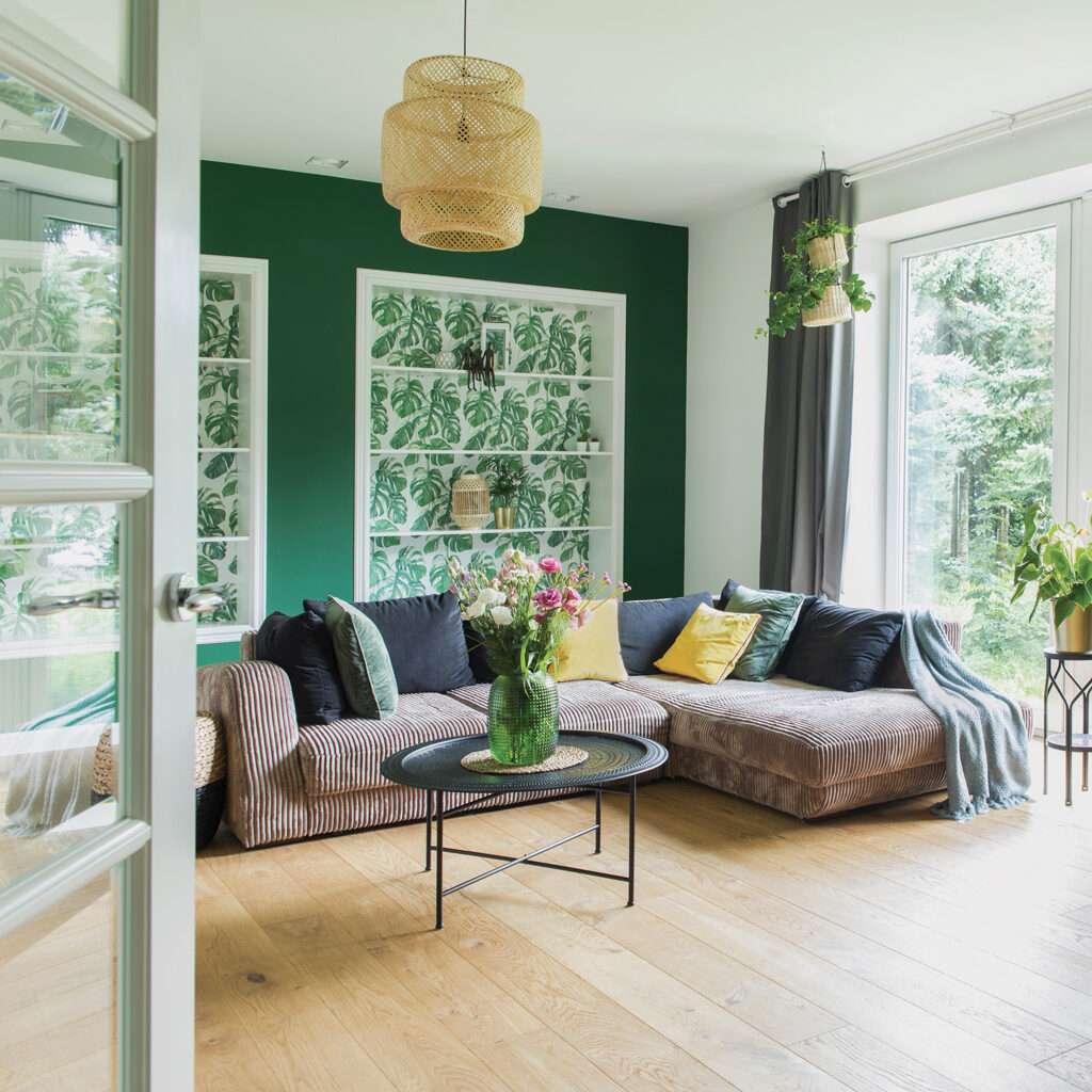 Salon lumineux et végétal, mis en valeur avec notre teinte vert soutenu METSA - N°2076. Peintures 1825