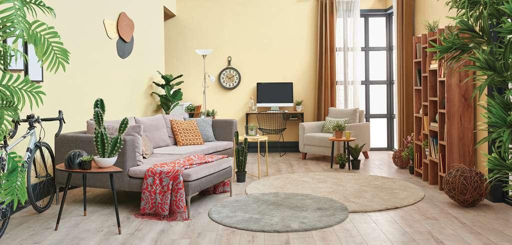 Salon végétal et spacieux, mis en valeur par notre beige jaune RAPHIA - N°1840. Peintures 1825